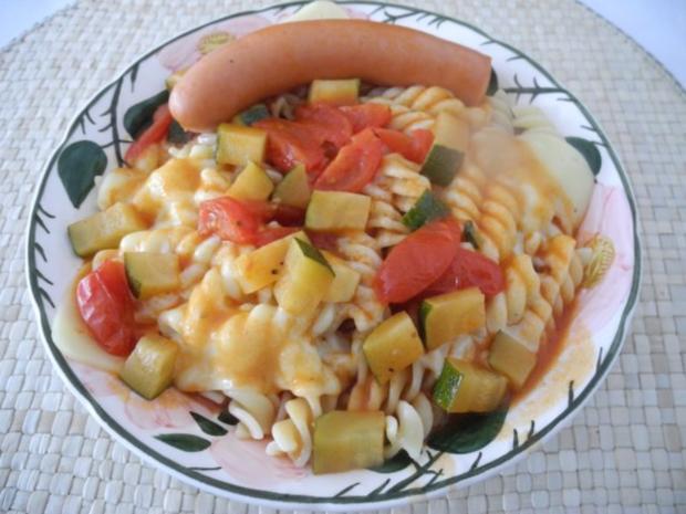 Unter 30 Minuten : Fussili an Tomaten-Paprika-Soße mit Zucchini und Tomaten - Rezept