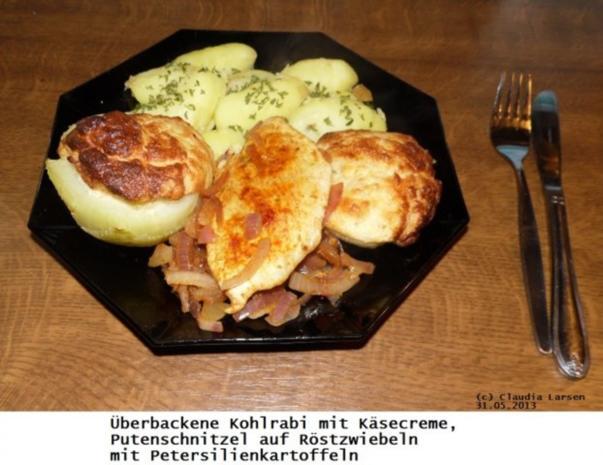 Kohlrabi mit Käsecreme, Putenschnitzel mit Röstzwiebeln und Petersilienkartoffeln - Rezept