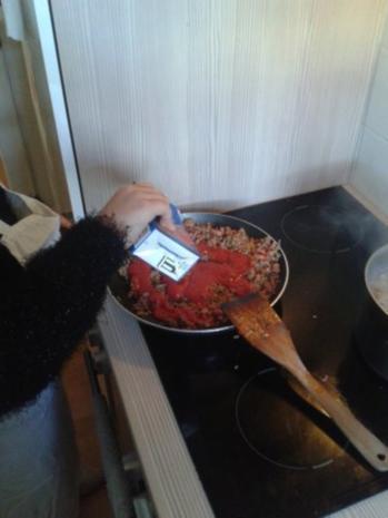 Von Kids für Kids: Nudeln mit Hackfleisch-Tomatensoße - Rezept - Bild Nr. 3
