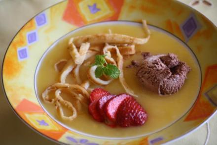 Sommerliche Kaltschale mit Erdbeeren,Pfannkuchen-Streifen und Schokoeis - Rezept