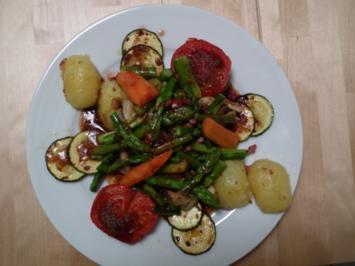 Spargel-Champignons-Salat mit Zucchini und Speckwürfel (lauwarm) - Rezept