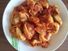 Tortellini mit Rinder Füllung in Tomatensoße - Rezept