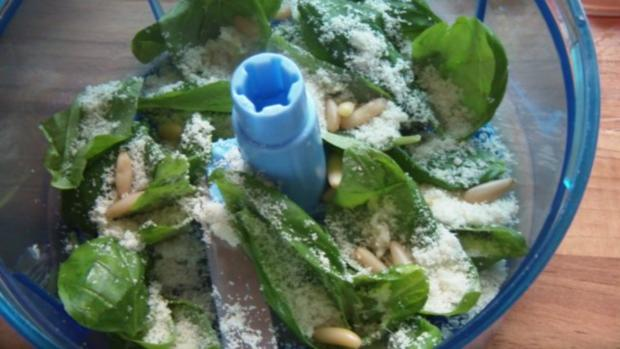 Lachsfilet auf Nudeln mit Tomaten und Pesto - Rezept - Bild Nr. 5