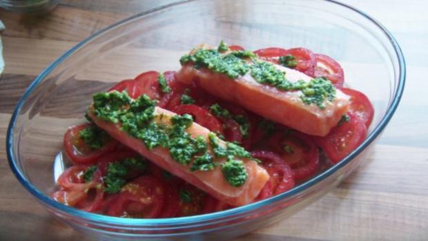 Lachsfilet auf Nudeln mit Tomaten und Pesto - Rezept - Bild Nr. 7