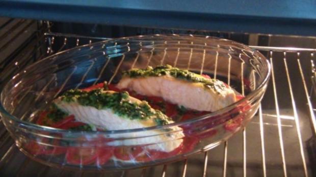 Lachsfilet auf Nudeln mit Tomaten und Pesto - Rezept - Bild Nr. 9