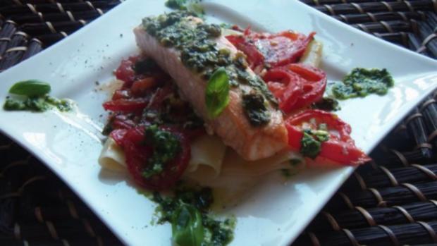 Lachsfilet auf Nudeln mit Tomaten und Pesto - Rezept