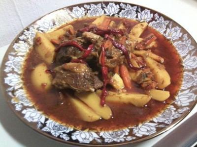 Marokkanische Fleisch-Tajine mit Zwiebeln, Tomaten und Kartoffeln - Rezept