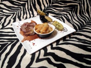 Gefüllter Filetbraten vom Schwein in Salzkruste, an Honig-Rotweinsoße, dazu Möhren-Auflauf - Rezept