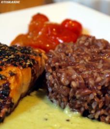 Lachsfilet, Wasabi-Meerrettich-Sauce, Ofentomaten und roter Reis - Rezept