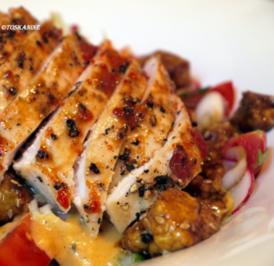 Salat mit mariniertem Halloumi und scharfer Hähnchenbrust - Rezept