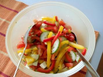 Bunter Salat mit Paprika und Gurke - Rezept