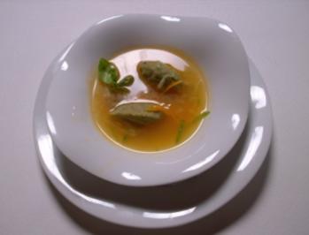 Geklärtes Paradeisersüppchen mit Basilikumnocken und Orangenzesten - Rezept