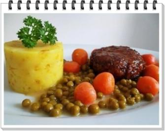 Würzige Stampfkartoffeln mit  Bulette und Gemüse dazu. - Rezept