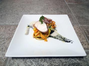 Rezept: Saltimbocca vom Seeteufel auf Sepia-Kartoffel-Blini mit zweierlei Möhren Piemonteser Art