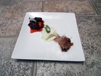 Basilikumeis, Obst und Mousse au Chocolat - Rezept