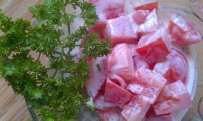 Tomatensalat mit cremigen Joguhrt Dressing - Rezept