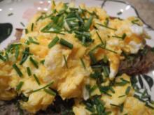 Abendbrot : Rührei mit Schnittlauch auf Brot dazu einen Salat - Rezept