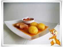 Schweinefilet im Speckmantel mit Kartoffelklößen und Puszta Salat - Rezept