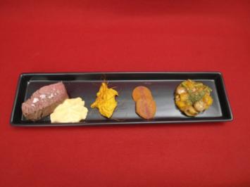 Rezept: Rinderfilet gebacken in Heu und Ton, mit Sauce Choron, Süßkartoffel und Gemüsetörtchen