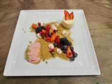 Erdbeereis mit Rosmarinsand und Panna cotta-Küchlein - Rezept
