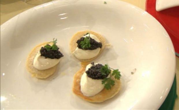Blinis mit Schmand und Kaviar a la Henze (Christian Henze) - Rezept