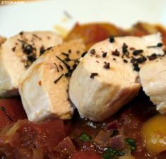 Voatisperifery-Hähnchen auf Tomaten-Aprikosen-Bett - Rezept
