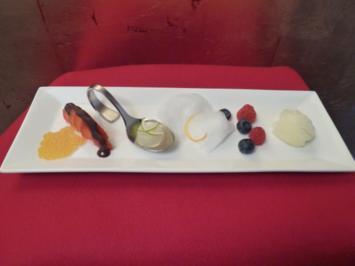 Früchte mit Zuckerwatte, Mango-Kaviar (Fake-Kaviar) und Wodka-Würfeln - Rezept