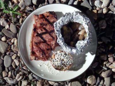 Rindersteak in einer Biermarinade, Kartoffel-Zwiebel-Säckchen und Mangold-Sellerie-Törtche - Rezept