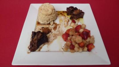 Geschmorte Ochsenbäckchen, Erdbeer-Spargelsalat und selbstgemachte Spätzle - Rezept