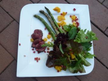 Salatkomposition Frucht-Sommer-Dressing, dazu grüner Spargel und Hirsch vom Holzkohlegrill - Rezept