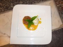 Amarettini-Pfirsichpäckchen mit Bourbon–Vanilleeis auf Fruchtspiegel mit Chili und Minze - Rezept