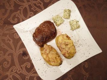 Rinderfiletsteak an Ofenkartoffel mit Quarkcreme und Kräuterbutter - Rezept