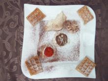 Waffeln mit Vanilleeis, Sahne und frischen Erdbeeren - Rezept