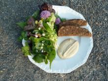 Wildkräutersalat mit Apfel-Pfeffer-Schmand und Krustenbrot - Rezept