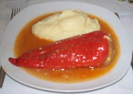 Paprikaschoten mit Hack-Salami-Käse-Füllung - Rezept