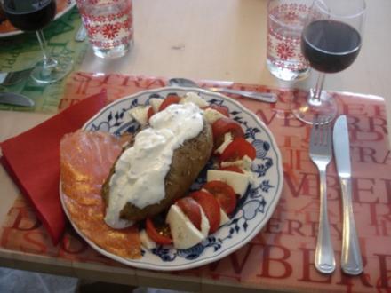 Backkartoffel mit Sour Cream, Räucherlachs und Tomaten mit Mozzarella - Rezept