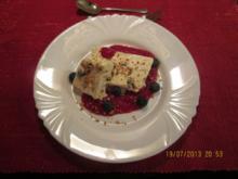 Eierlikörparfait mit Heidelbeeren und Himbeerpüree - Rezept