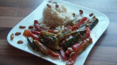 Rezept: Gemüse mit Erdnuss Soße und knackigen Nüssen