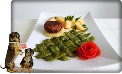 Stangenbohnen mit deftiger Frikadelle auf Ananasscheibe und Kümmelkartoffeln dazu. - Rezept