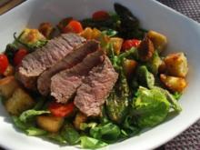 Brotsalat mit Pimientos und Steakstreifen - Rezept