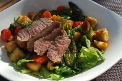 Rezept: Brotsalat mit Pimientos und Steakstreifen