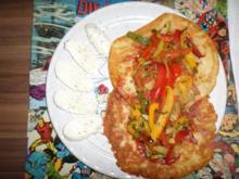 Buntes Sommergemüse auf Weizen - Käse Fladen mit Mozzarella Streifen - Rezept