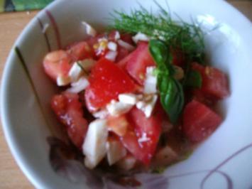 Tomatensalat mit Mozzarella und frischen Kräutern - Rezept
