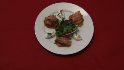 Kartoffel-Möhrenrösti mit frischem Graved Lachs, anbei Kräuterquark - Rezept