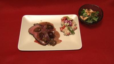 Filet vom Känguru mit Chili-Pflaumen, Erdbeer-Spargel-Risotto und fruchtiger Feldsalat - Rezept