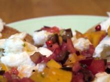 Büffelmozzarella auf geröstetem Brot mit einer Salsa aus Aprikosen, Tomaten und Melone - Rezept