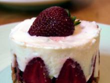 Kleine Erdbeer-Buttermilch-Törtchen - Rezept