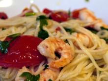 Spaghetti aglio e olio e peperoncini e gamberetti e pomodori - Rezept