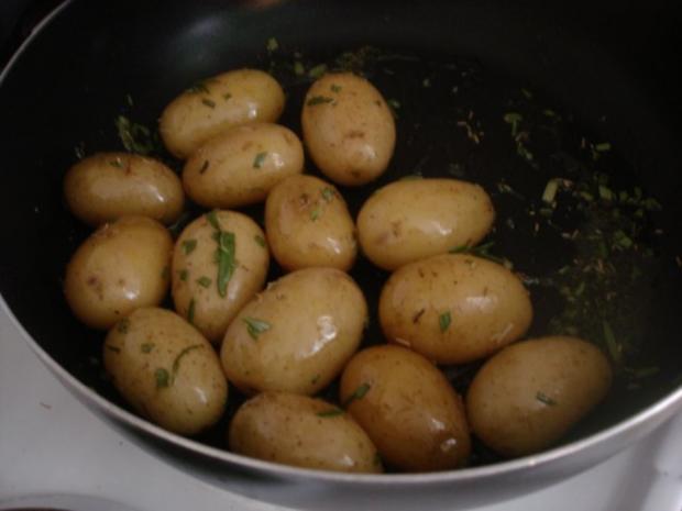 Fischstäbchen mit Rosmarinkartoffeln und Rote-Bete-Salat - Rezept - Bild Nr. 8