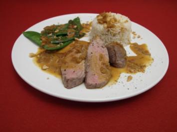 Schweinefilet mit scharfer Erdnuss-Curry-Sauce dazu Reis und Zuckerschoten - Rezept